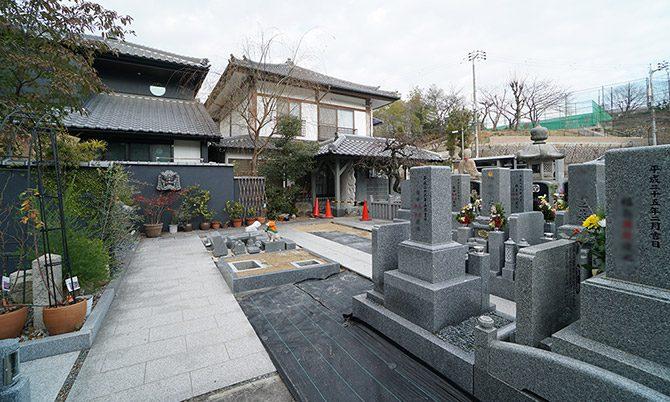 鬼瓦のある場所あたりを中心に墓石プレートが並びます。